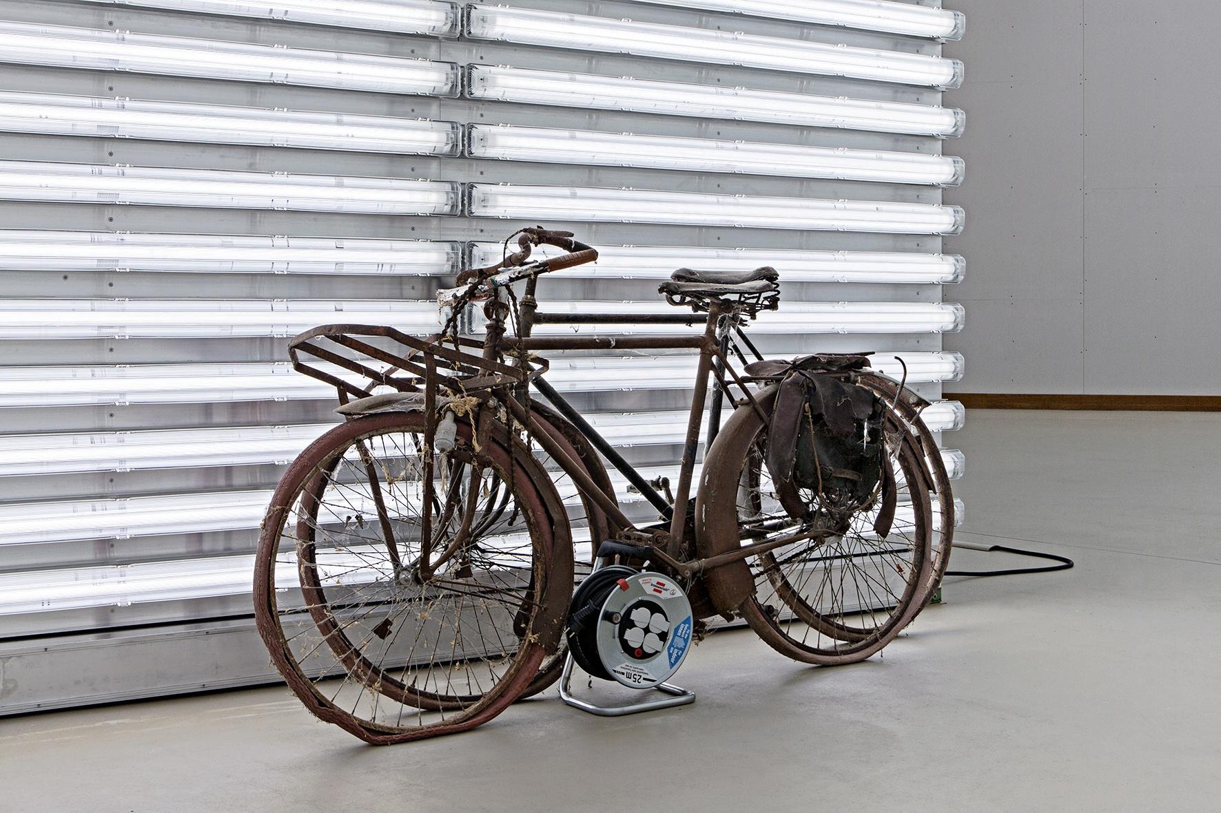 """Ohne Titel (MILCH) – 1:1 Modell des ausjurierten Beitrags zu """"Kunst am Bau – Eingeladener Wettbewerb"""" für die Volkswagen Universitätsbibliothek der Technischen Universität und der Universität der Künste Berlin 2004, [2014] 1979"""